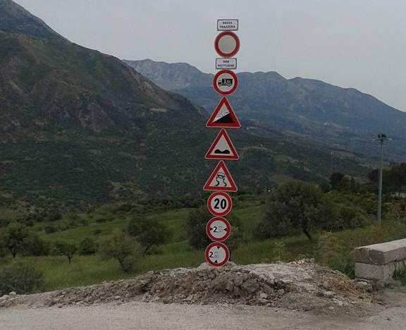 """Un totem all'imbocco della """"strada fai da te"""" di Caltavuturo"""