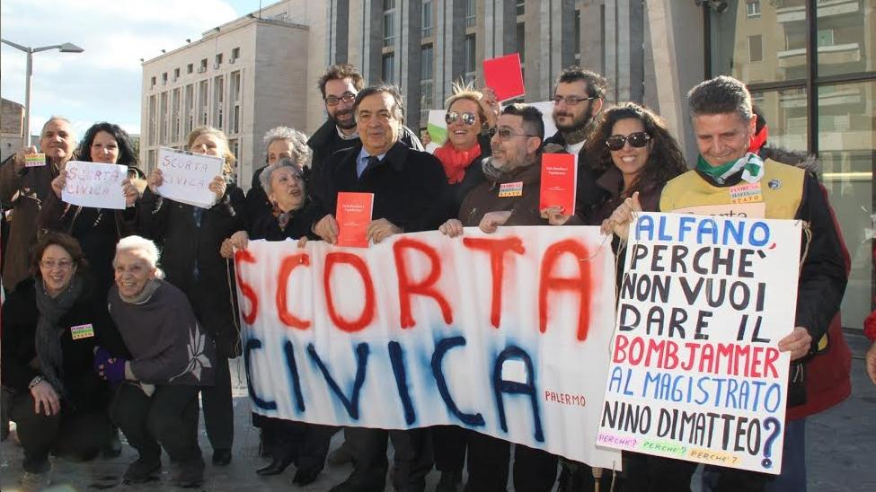 """Palermo, la """"scorta civica"""" ai magistrati, Orlando: """"Verità sulla trattativa Stato-Mafia"""""""
