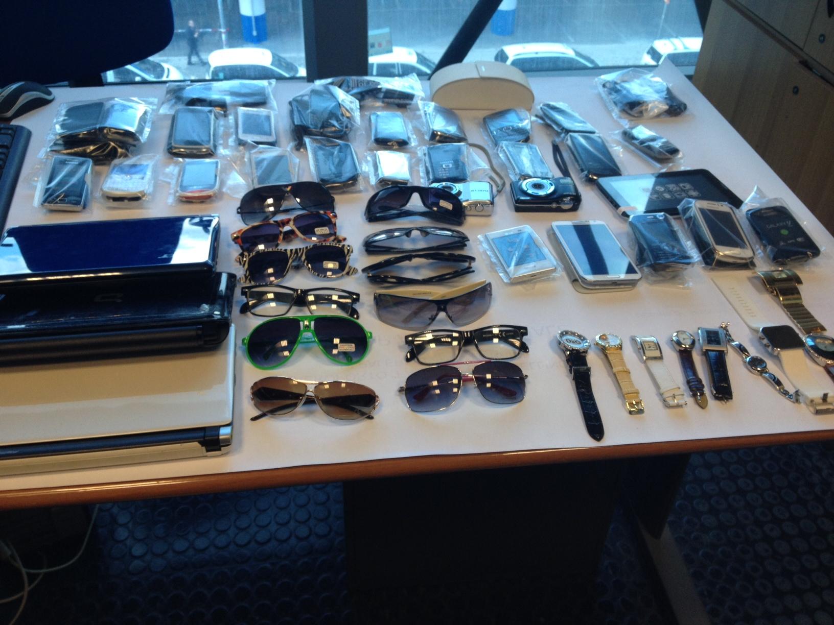 Nel bagaglio 43 cellulari, la polizia ferma una donna all´aeroporto