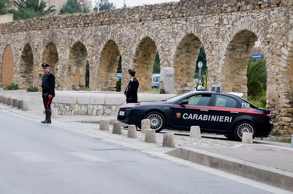 """Gli rubano il pc. """"300 euro per riaverlo"""". Denuncia tutto e lo fa arrestare"""