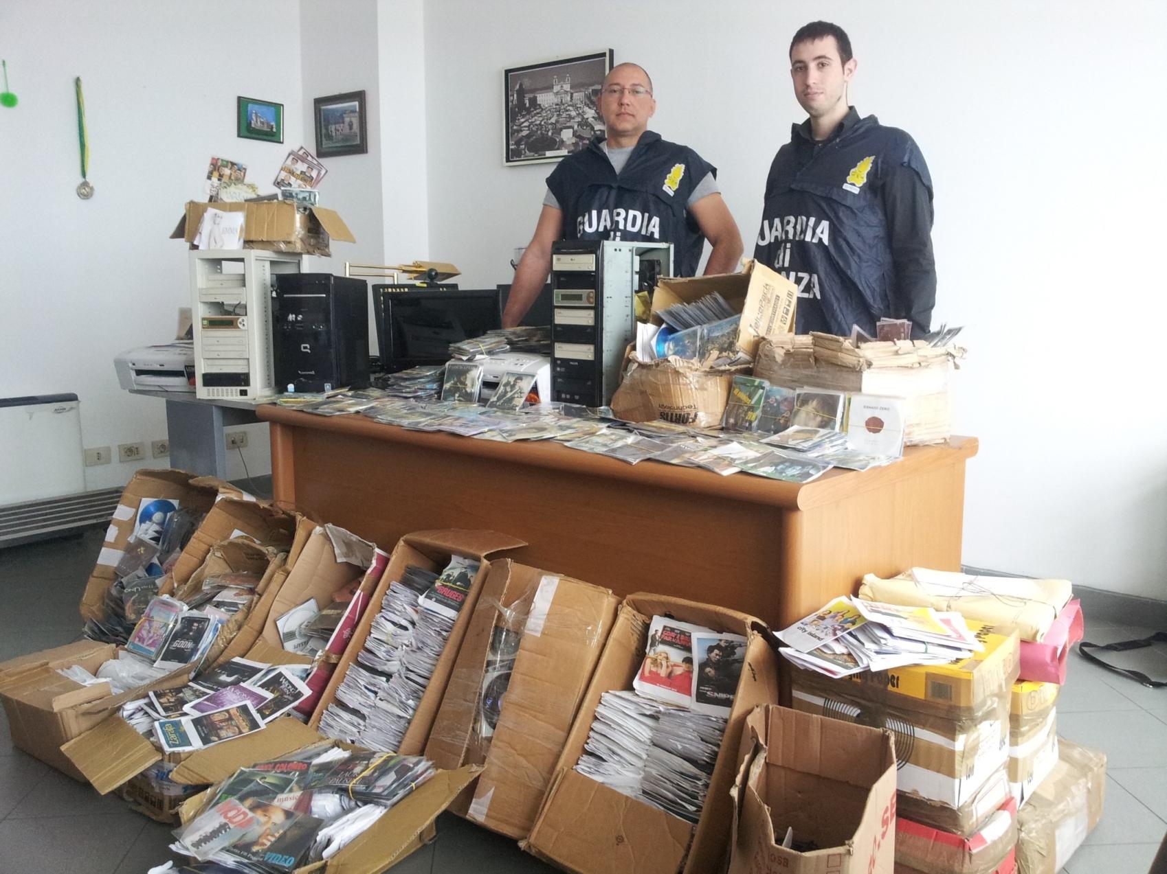 Aveva oltre 5.000 cd e dvd falsi, arrestato un ragazzo