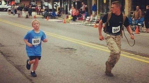 Rinuncia alla vittoria per aiutare un bambino in difficoltà