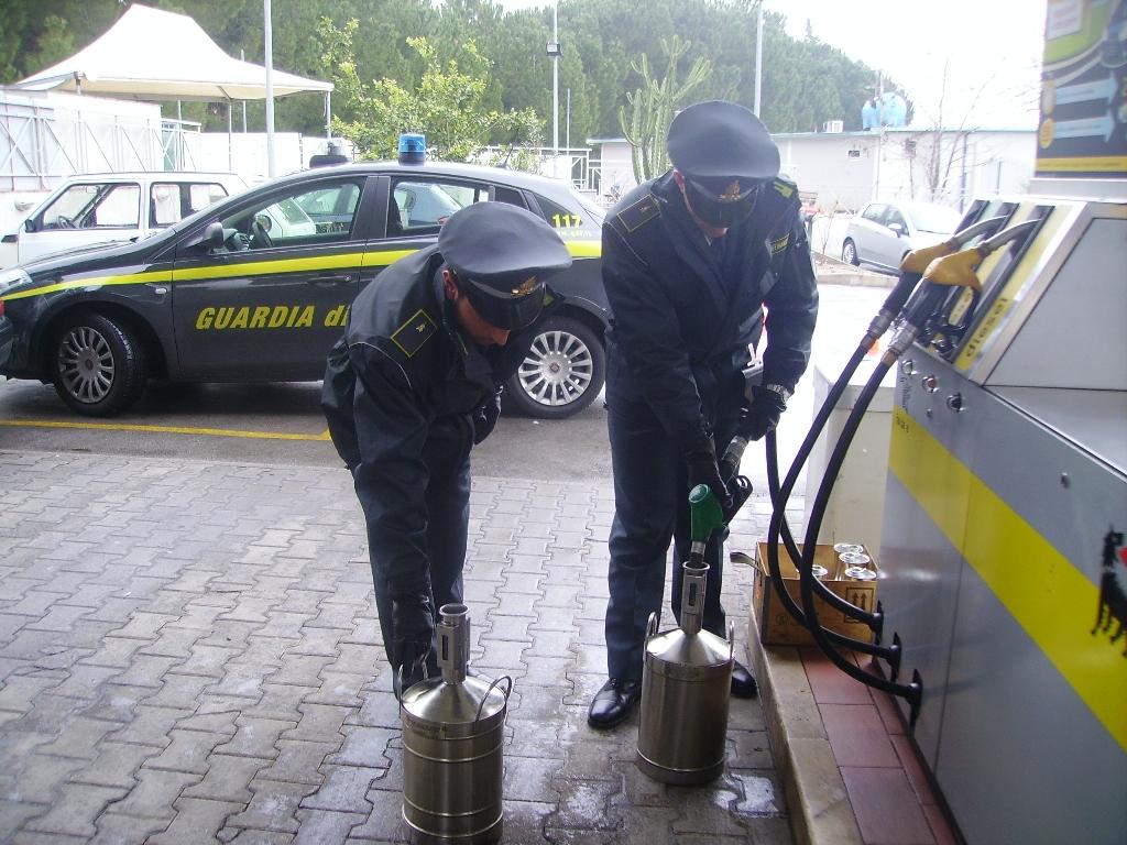 """Palermo, la Guardia di Finanza scopre due distributori """"irregolari"""""""