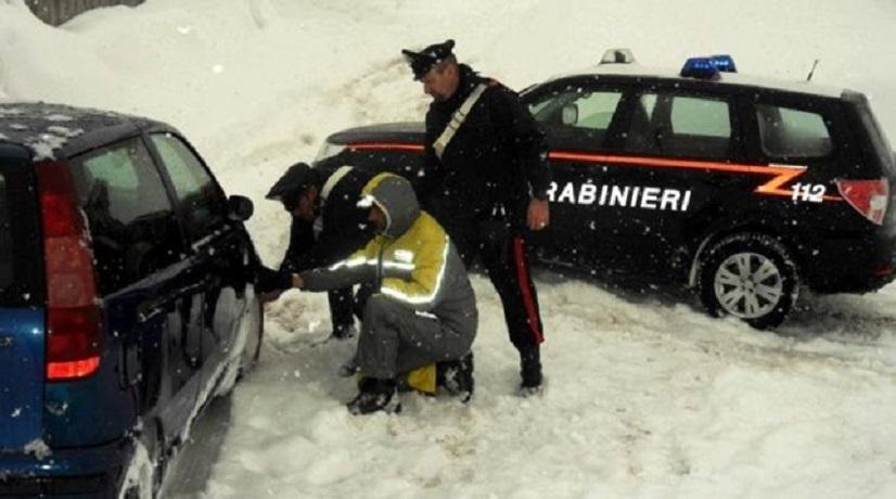 I carabinieri soccorrono un automobilista in difficoltà