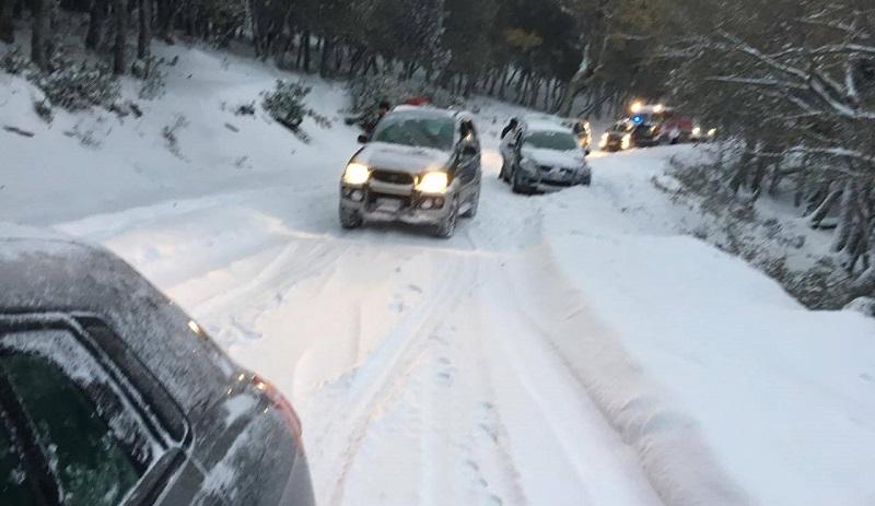 Piano Battaglia, 10 centimetri di neve: niente spazzaneve e auto bloccate