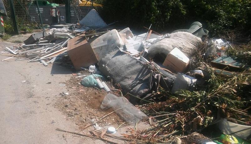 """""""Meno rifiuti in discarica"""": ma alcune località affondano nella spazzatura"""