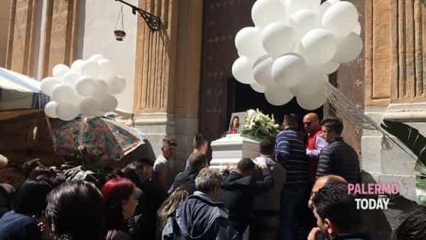 Celebrati a Palermo i funerali della ragazza annegata a Campofelice