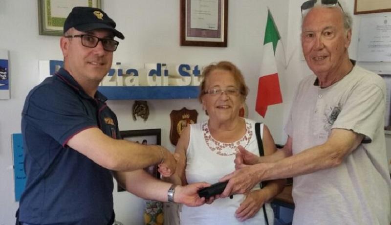 Cefalù, la polizia trova e riconsegna portafoglio a coppia di turisti francesi