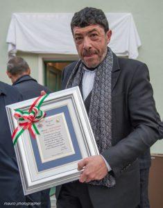 nicola-fiasconaro-con-la-targa-del-premio-la-castagna-doro-1005x1280
