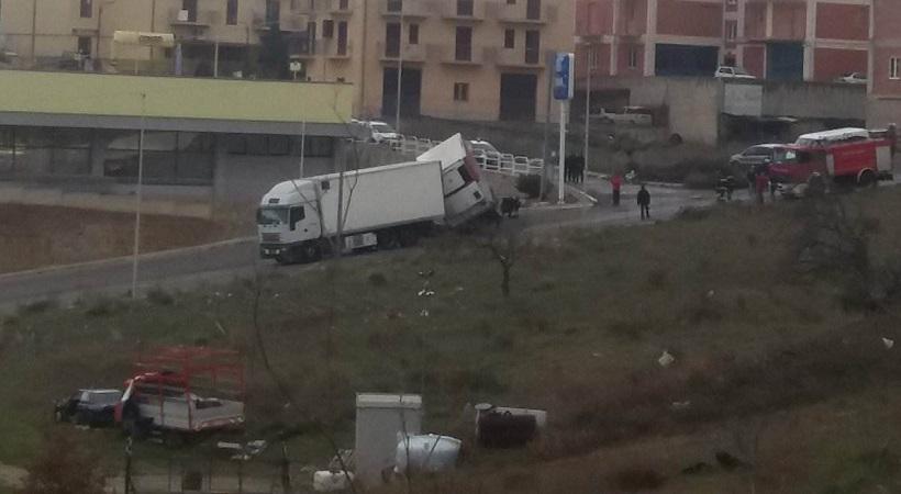 Madonnuzza, si ribalta il rimorchio di un tir: strada chiusa per Fasanò