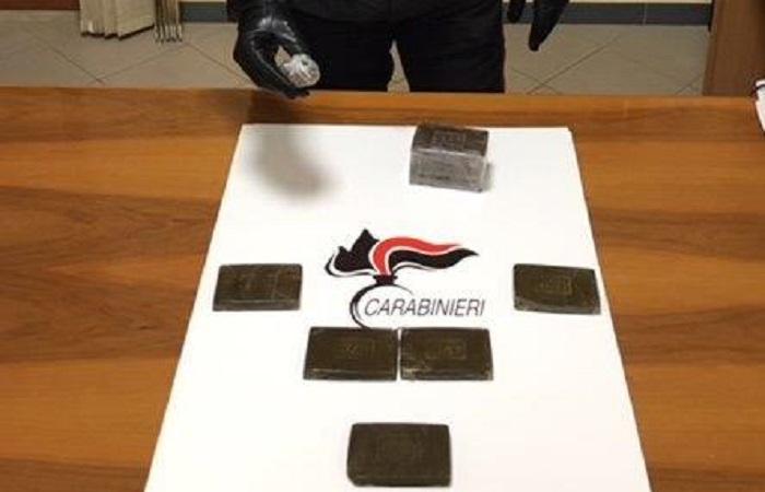 In panne con l'auto a Buonfornello, i carabinieri li soccorrono e trovano un chilo di hashish