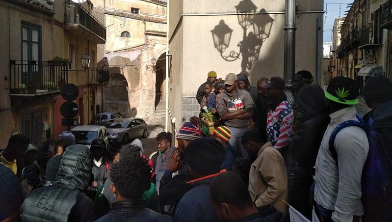 """Migranti in fuga dal centro di accoglienza: """"La Lamorgese ha fallito"""""""