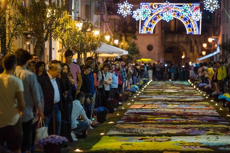 Torna l'Infiorata: via Sant'Anna un tappeto di colori e profumi