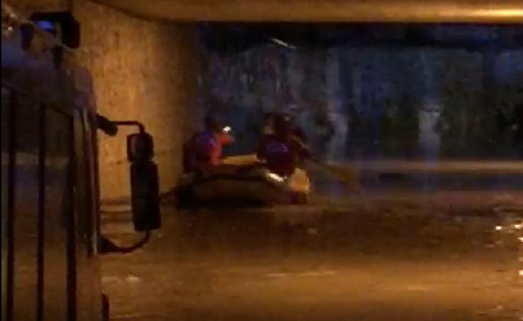Intrappolati con l'auto nel sottopassaggio allagato: salvati dai vigili del fuoco