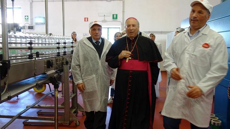 Monsignor Marciante in visita nello stabilimento dell'Acqua Geraci