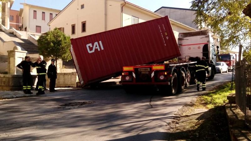 Blufi, tir perde il container: traffico impazzito