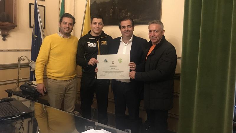 """Termini premia il suo """"campione italiano"""": benemerenza al lottatore Carmelo Lumia"""