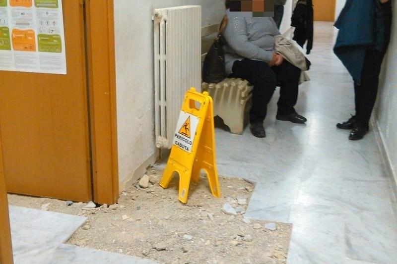 Gangi, pavimenti rotti e calcinacci abbandonati: l'ambulatorio è un disastro