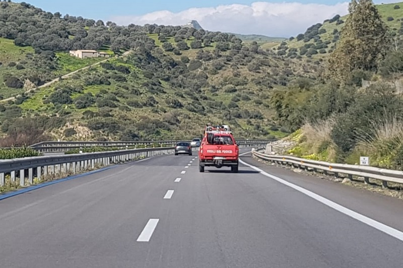 Palermo-Catania, nuova paura a Scillato: auto in fiamme in carreggiata