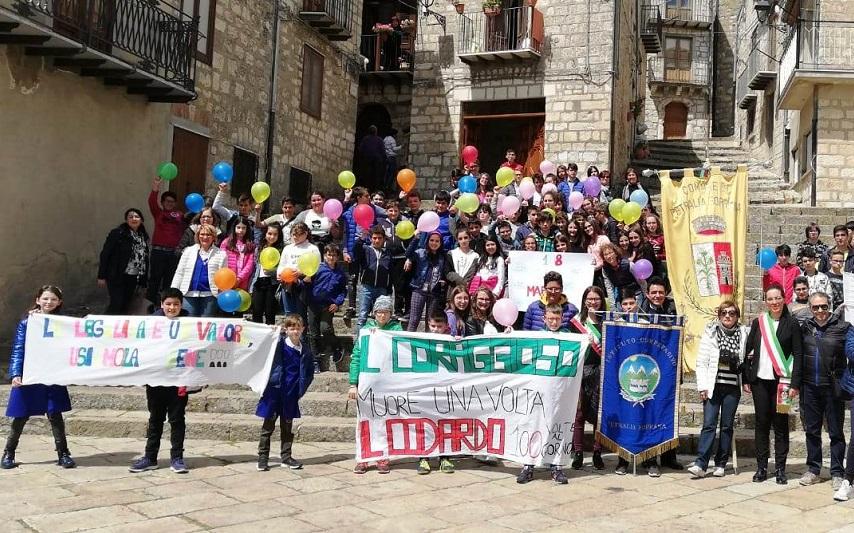 La sfilata dei ragazzi nel Borgo più bello d'Italia in ricordo di Giovanni Falcone
