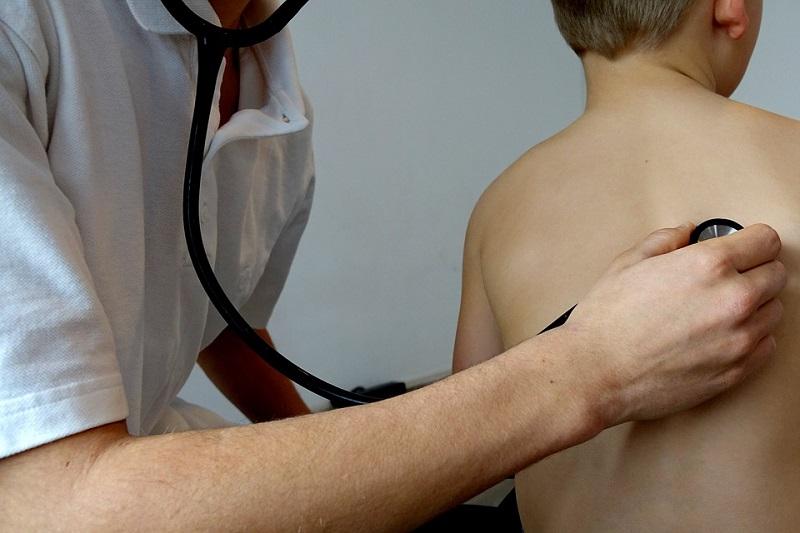 dottore stetoscopio visita