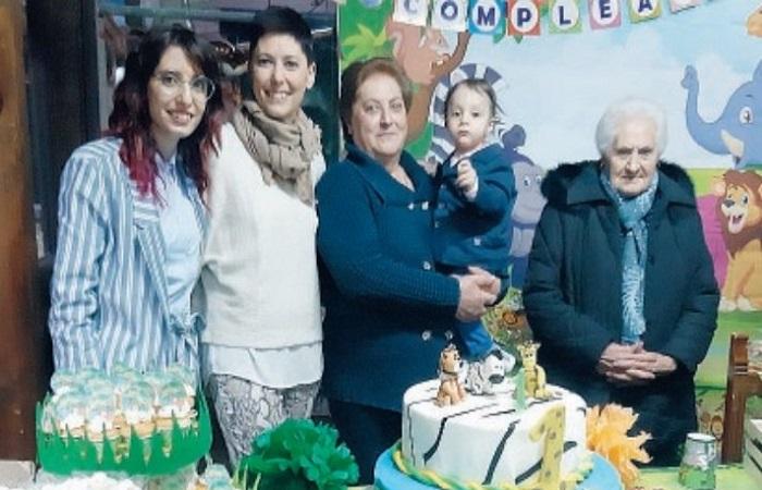 Cinque generazioni in una foto: compleanno speciale nel borgo madonita