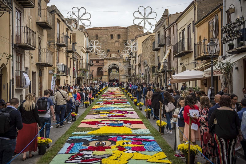 """Un tappeto di fiori in via Sant'Anna: anche quest'anno l'Infiorata è """"sold-out"""""""