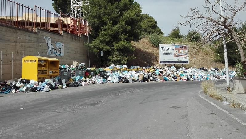 Una città sommersa dall'immondizia: arrivano le ruspe
