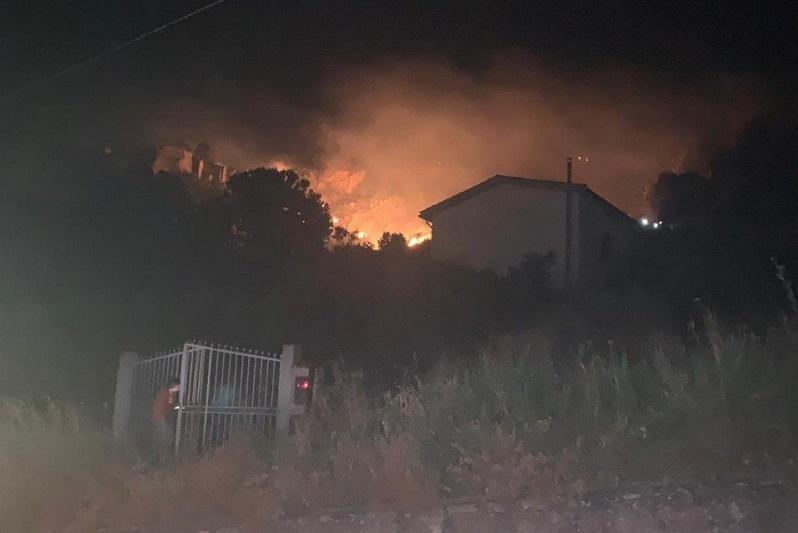 Fuoco ad Alia: le fiamme a pochi passi dal centro abitato