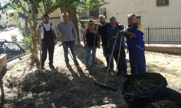 """Volontari del gruppo """"Noi con Voi"""" ripuliscono la villetta di Fasanò"""