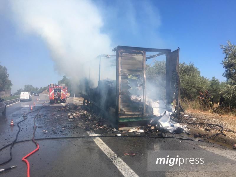 Incendio in autostrada, brucia tir all'altezza di Caracoli