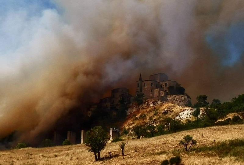 Incendio in contrada Madonnuzza, fiamme vicinissime alle abitazioni