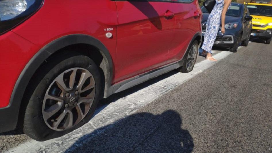 Disastro nella galleria di Tremonzelli: tir perde carico, 20 auto danneggiate