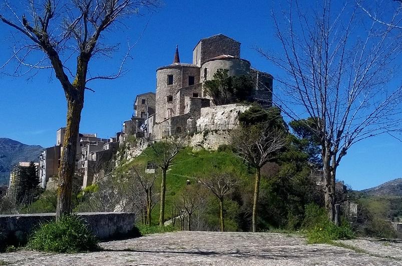 L'atmosfera medievale del Borgo, tra suoni sacri e il bagno di gong