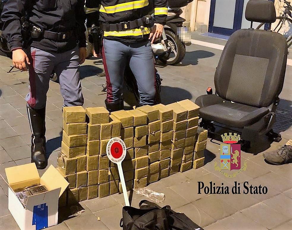 Fermato per un controllo, cane poliziotto scopre sull'auto 80 chili di droga