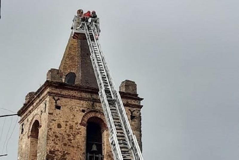 Vola giù la croce della Chiesa Madre, tragedia sfiorata nel borgo madonita