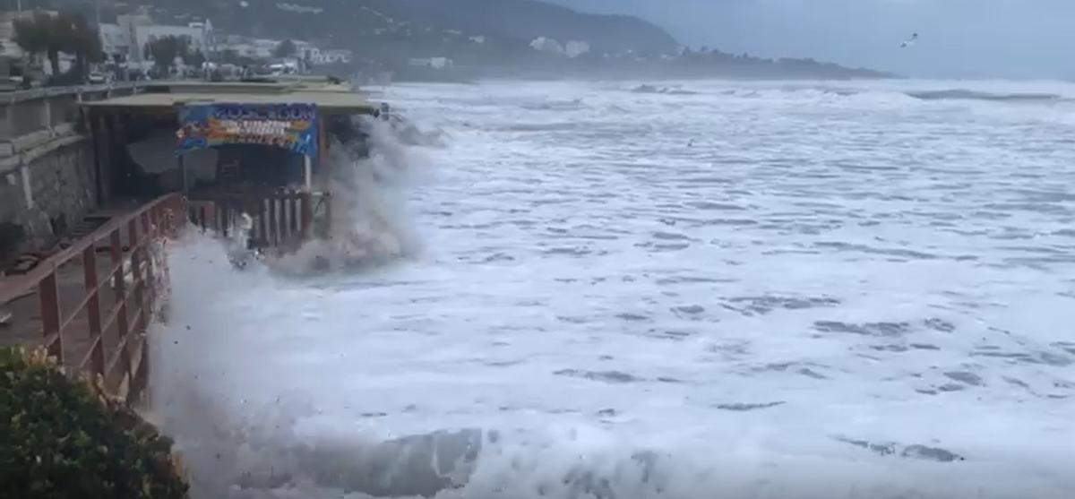 Maltempo, danni e mare in tempesta a Cefalù