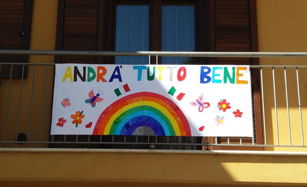 """Nel borgo spuntano gli arcobaleni dei bambini: """"Andrà tutto bene"""""""