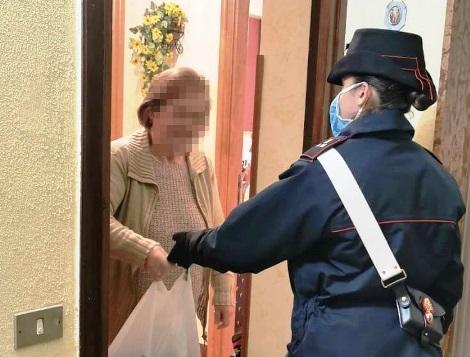 Coronavirus, è anziana e non può andare a fare la spesa: ci pensano i carabinieri