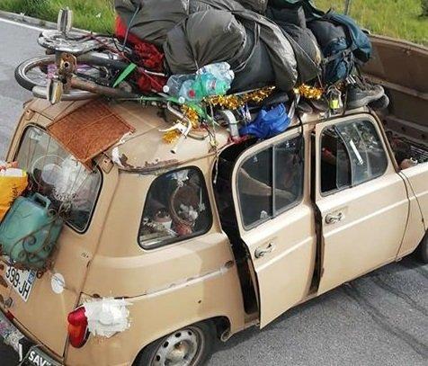 La Renault 4 che ha attraversato l'Europa bloccata: dalla Francia ad Aci Trezza