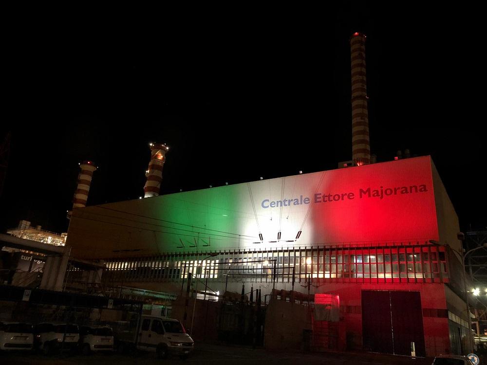 La centrale elettrica Majorana si illumina con i colori della bandiera italiana