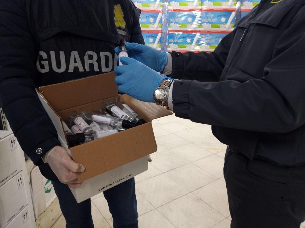 Vendeva gel igienizzante con etichette false: sequestro delle fiamme gialle