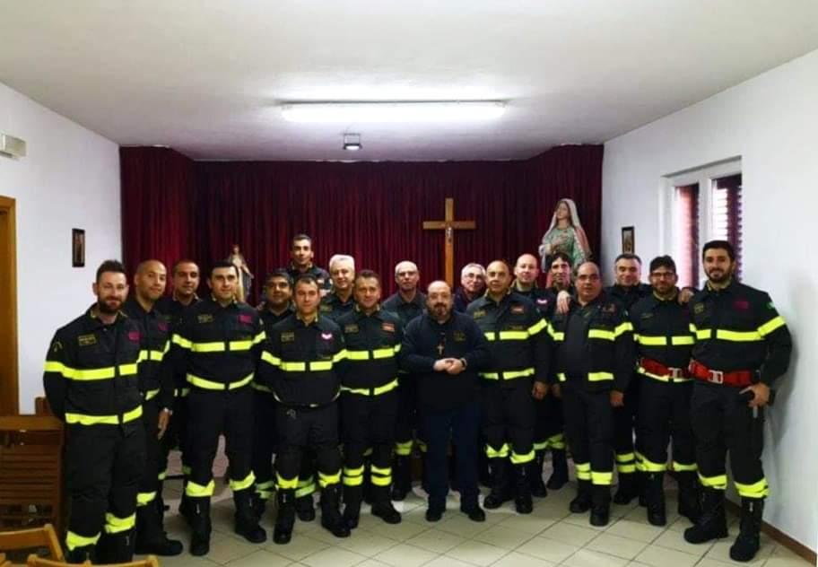 I vigili del fuoco donano beni di prima necessità per le famiglie in difficoltà