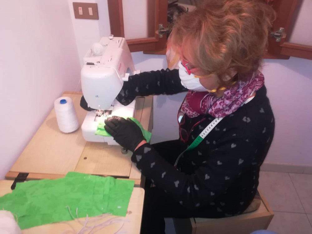 Le donne del borgo che confezionano a mano mille mascherine