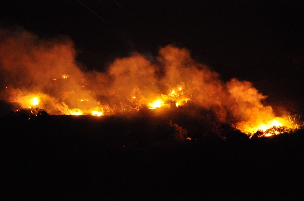 Notte di fuoco a Trabia: le fiamme sfiorano le abitazioni