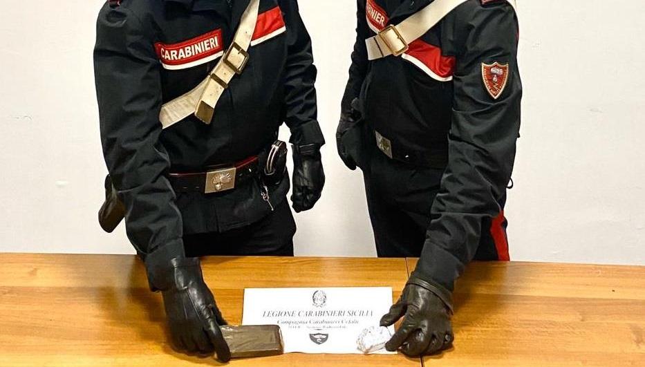 Tentano di disfarsi della droga alla vista dei carabinieri: arrestati