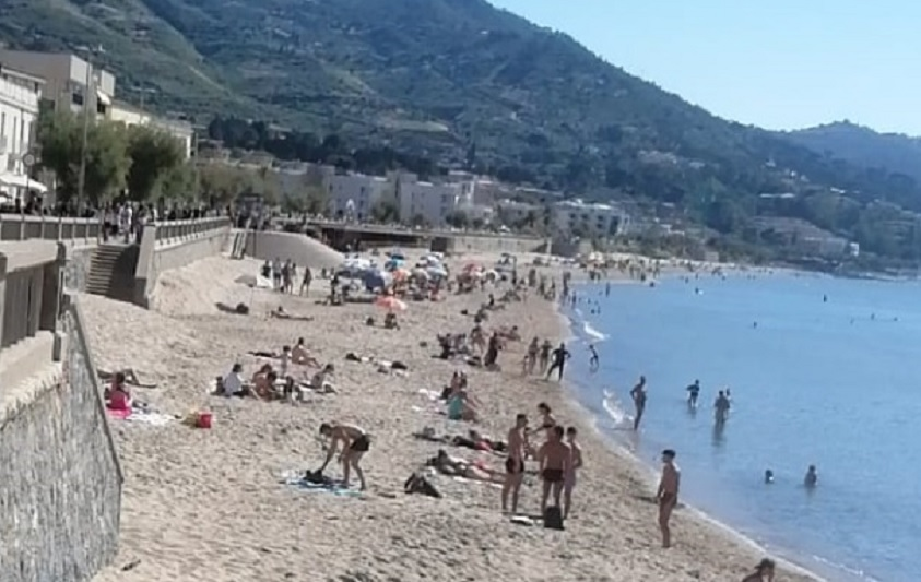 A Cefalù la quarantena è finita: spiaggia piena di gitanti