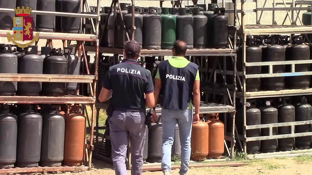 Discarica abusiva piena di bombole di Gpl: maxi sequestro della polizia