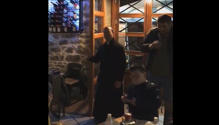 Cocktail, musica e … preghiere, le visite di Don Santino al Pub