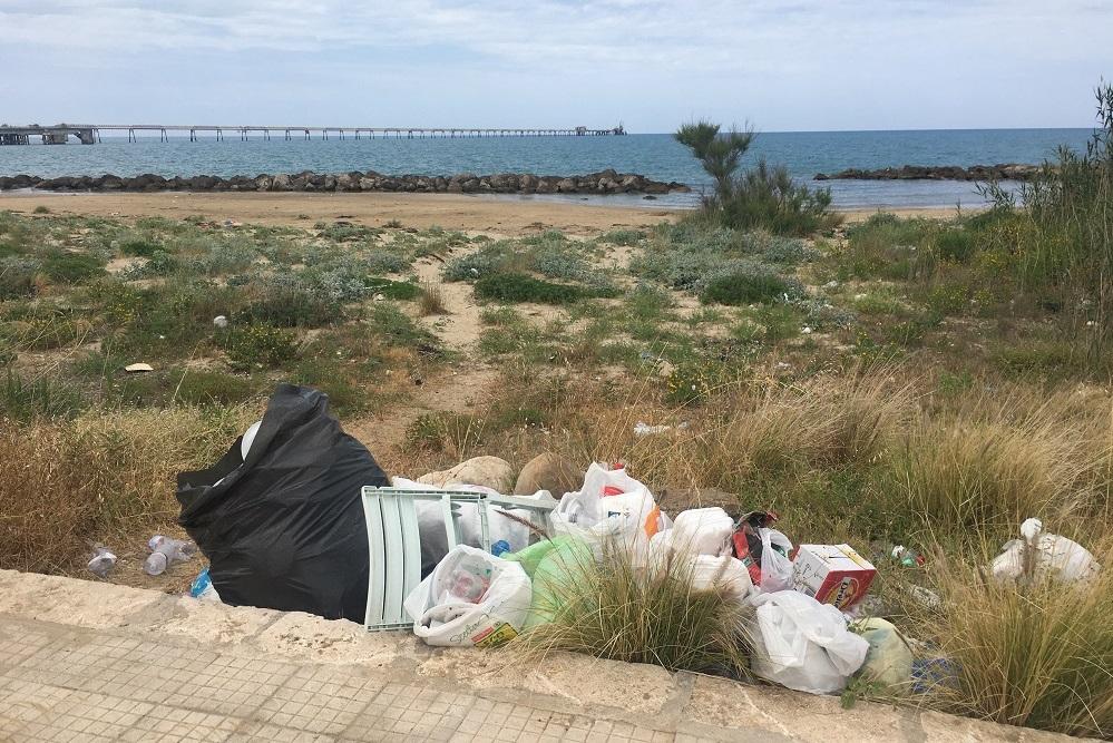 L'orda dei barbari sulle spiagge: dopo il weekend sacchetti e rifiuti ovunque